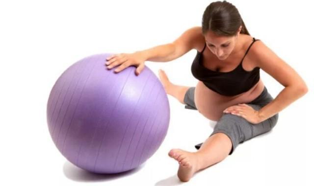 Гимнастический шар бывает опасным (3 фото)