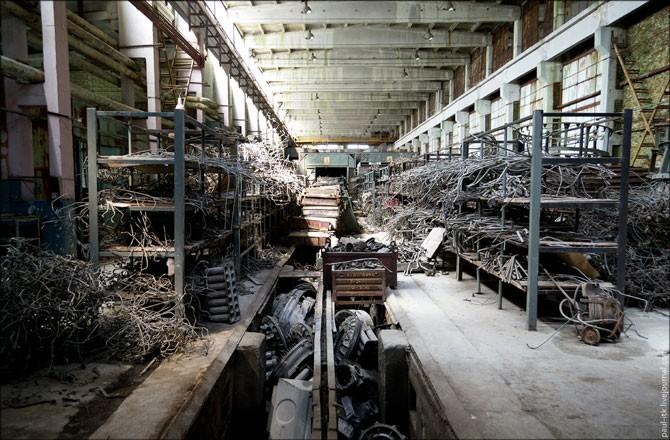 Полузаброшенный бронетанковый ремонтный завод (35 фото)