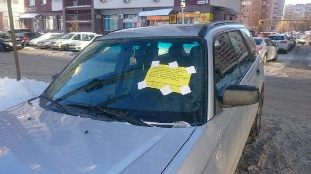 Послание автолюбителю за парковку в неположенном месте (2 фото)