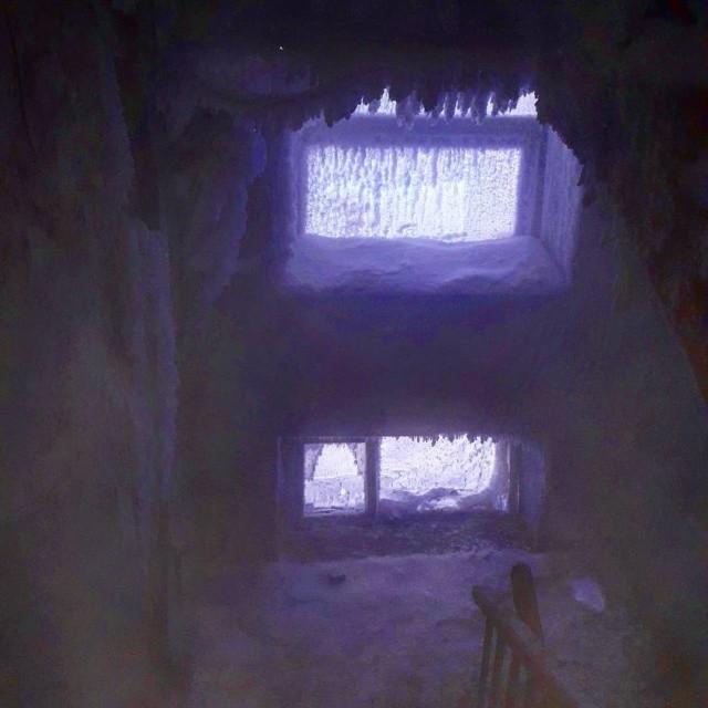 """""""Ледяная пещера"""" в жилом доме Омска (3 фото)"""