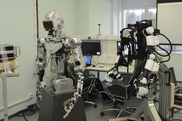 Антропоморфный робот для выполнения сложных задач в космосе (6 фото)