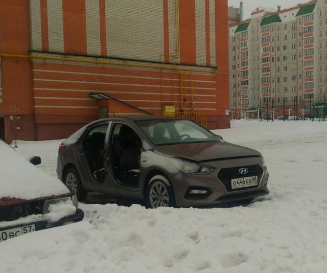Припарковал машину на одну ночь во дворе (2 фото)