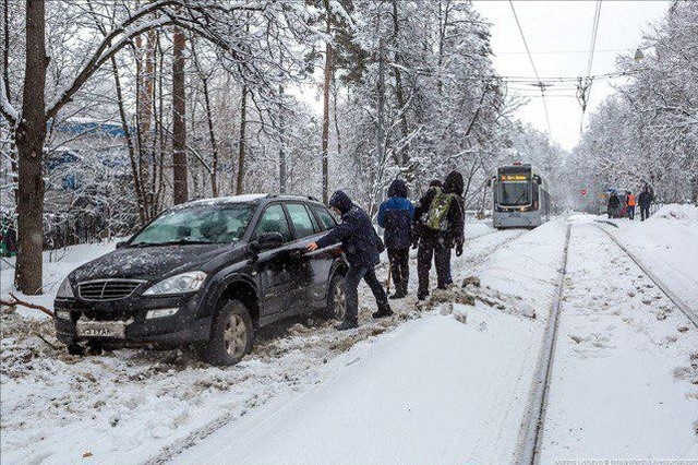 Московский водитель хотел объехать пробку, но не смог (4 фото)