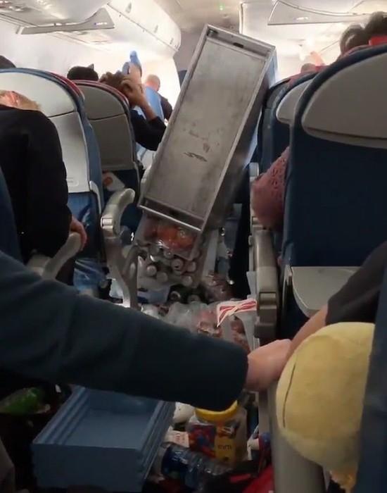 Что случаются на борту самолета после сильной турбулентности (3 фото)