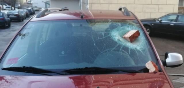 Водитель поплатился за парковку на тротуаре возле дома (2 фото)