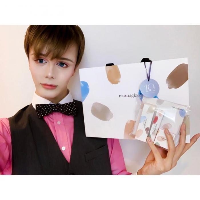 Ради карьеры модели парень изменил внешность (5 фото)