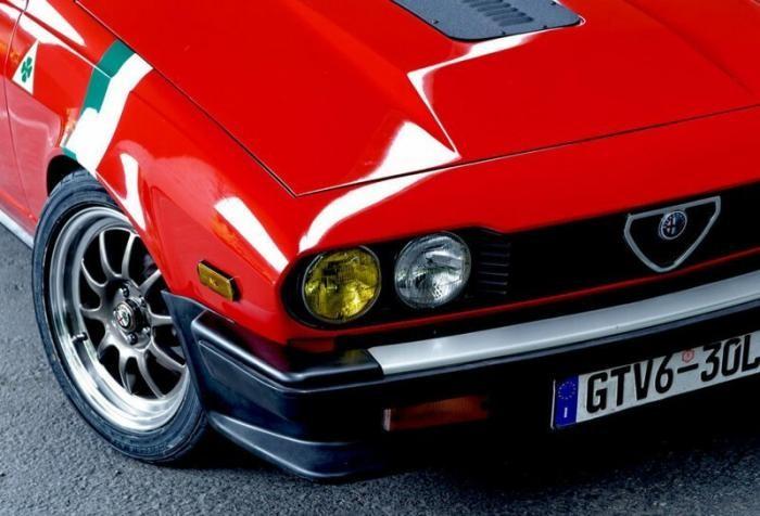 Молодожены вдвоём восстановили Alfa Romeo GTV6 (8 фото)