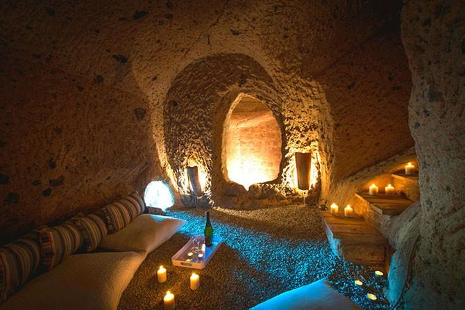 Дом в пещерах исторического городка в Италии (14 фото)