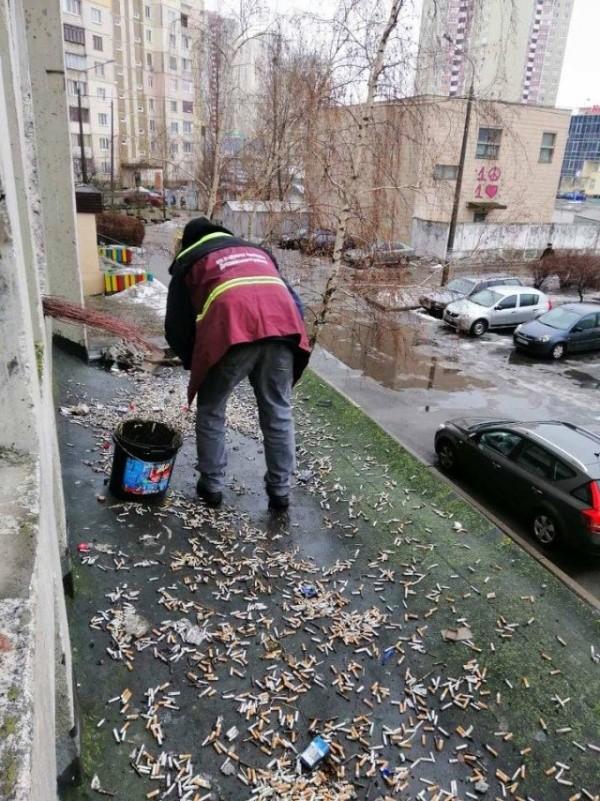 Чисто не там, где убирают... (2 фото)