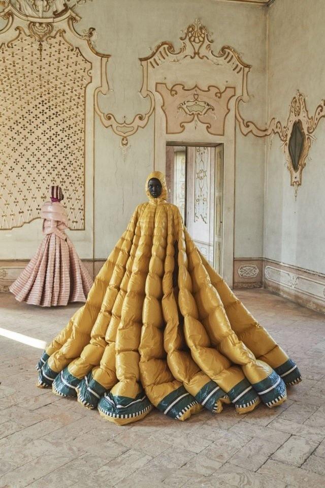 Moncler представил необычные женские пуховики, похожие на платья (12 фото)