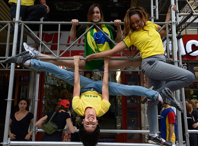 Танцы на «уличных шестах» (22 фото)