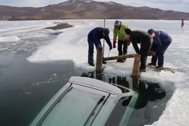 Когда приехали рыбачить на Байкал переоценили прочность льда (24 фото)