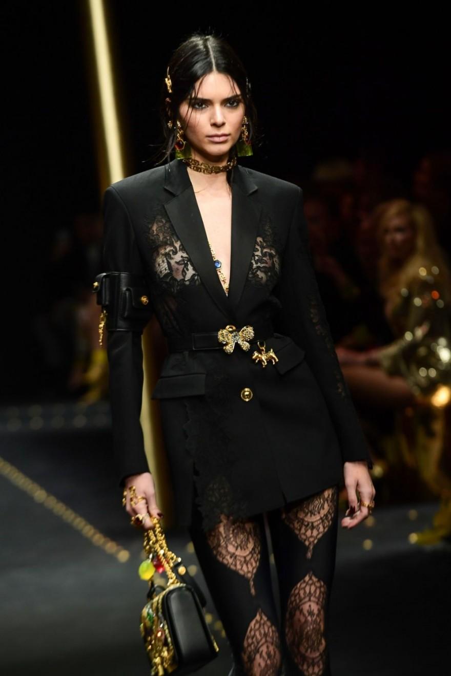 Кендалл Дженнер в откровенном костюме от Versace (7 фото)