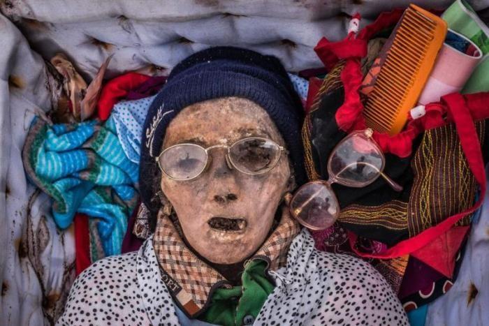 Деревня Тораха, где трупы соседствуют с живыми (12 фото)