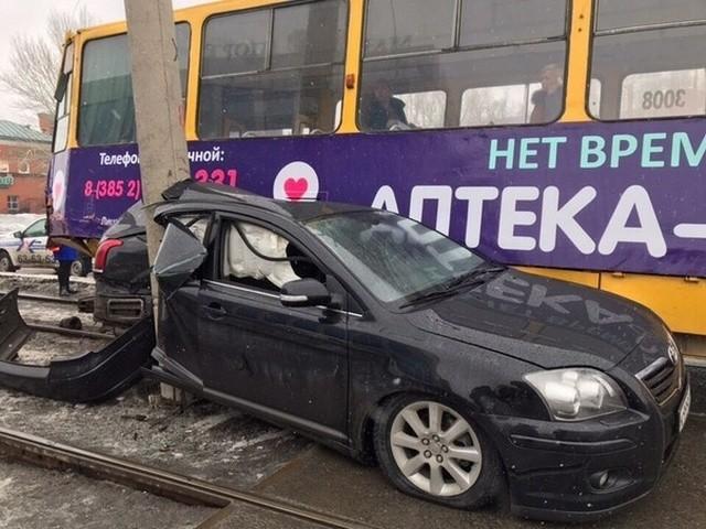 Хотел проскочить перед трамваем, но не вышло (2 фото)