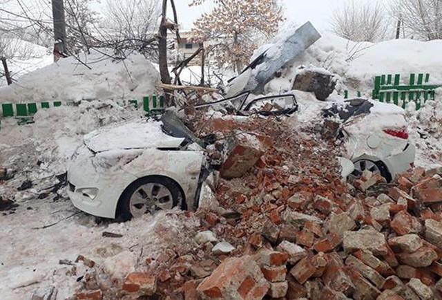 Из-за наледи на крыше пострадал автомобиль судьи (6 фото)