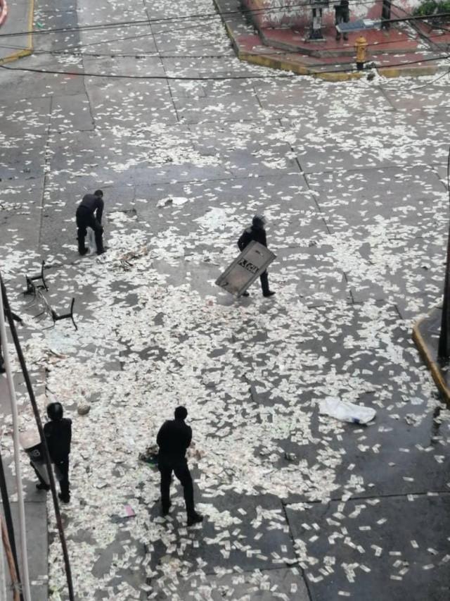 Жители Венесуэлы выбрасывают на улицу обесцененную валюту (4 фото)