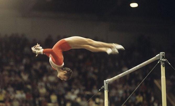 История элемента в гимнастике, который сейчас запрещен (2 фото)