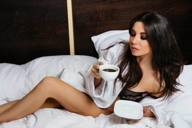 Откровенная фотосессия Анны Плетневой в постели (8 фото)