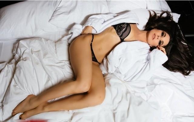 Новые засветы 16.03.2019: Откровенная фотосессия Анны Плетневой в постели (8 фото)