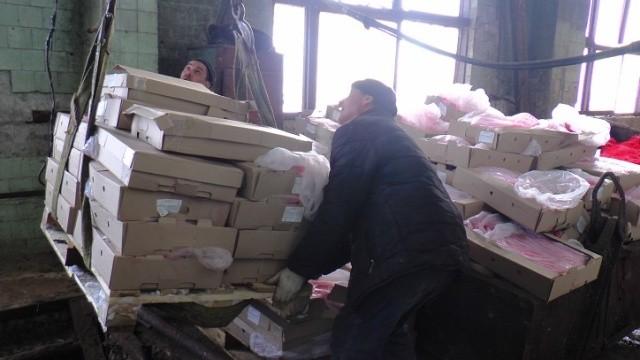 5 тонн запрещенной к ввозу в РФ икры сгребали лопатами (6 фото)