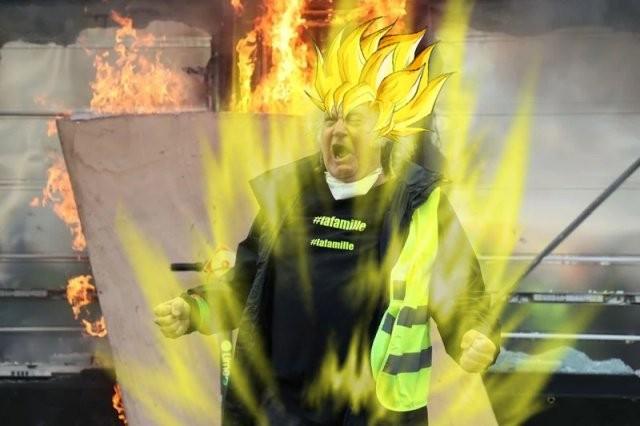 Фотожабы на орущего мужика в желтом жилете (19 фото)