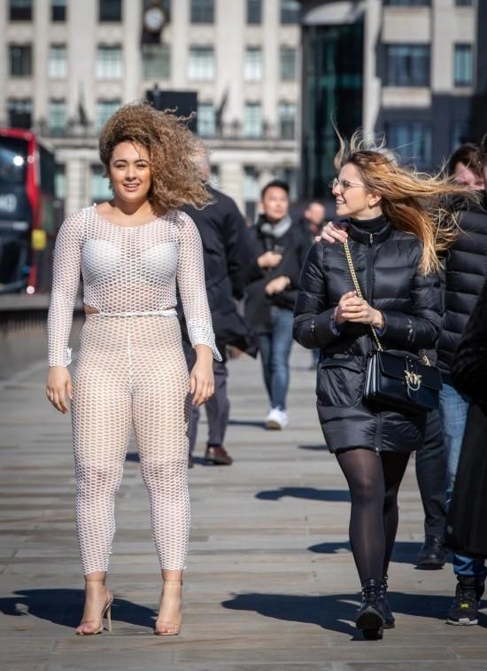 Британка Лу Муссингтон решила проверить откровенный наряд (13 фото)