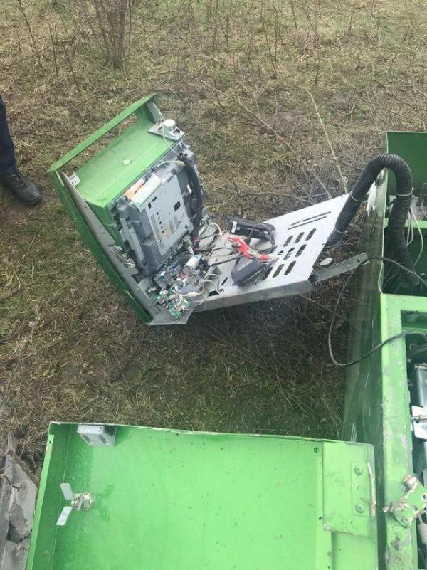 Украденный банкомат нашли на окраине населенного пункта (5 фото)