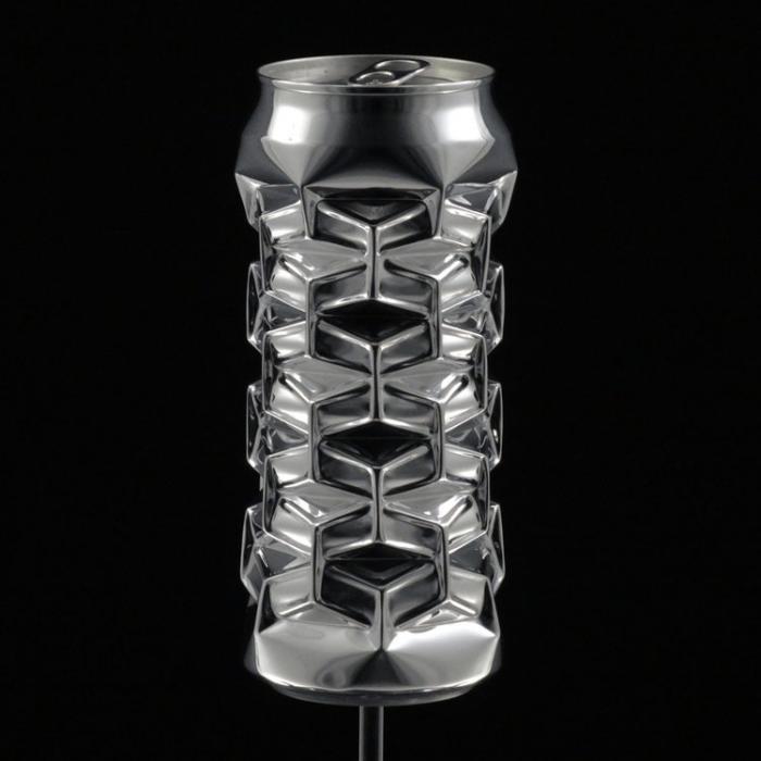 Скульптуры из алюминиевых банок за тысячи долларов (3 фото)