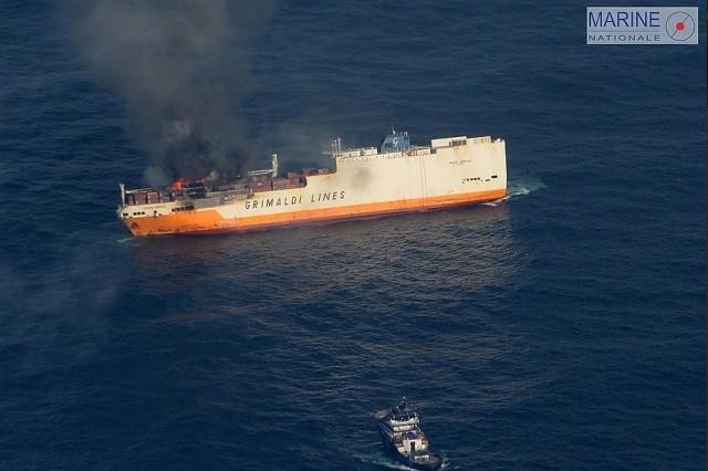 На побережье загорелось судно, перевозившее 2000 автомобилей (6 фото)