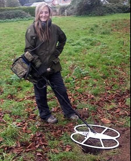 Кладоискательница нашла необычное украшение на недавно вспаханном поле (4 фото)