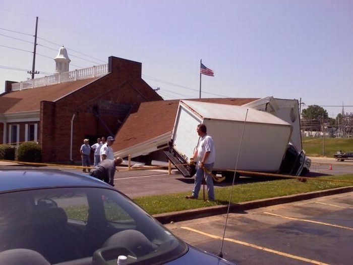 Грузовик снес крышу банка (9 фото)