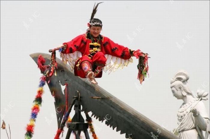 Китайский безумец прошёлся по гигантскому ножу (13 фото)
