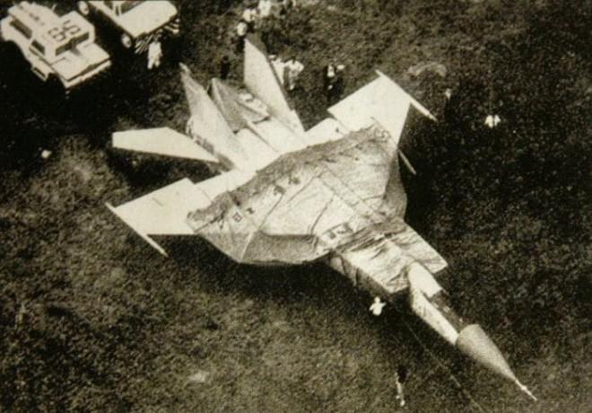 Угон самолета из СССР: секретный истребитель улетел в США (3 фото)