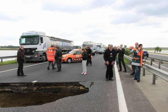 Огромная дыра в асфальте привела к авариям (6 фото)