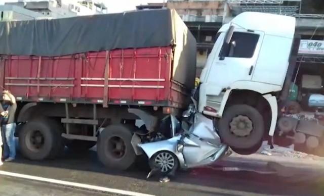 Водитель выжил в сплющенном грузовиками автомобиле (8 фото)