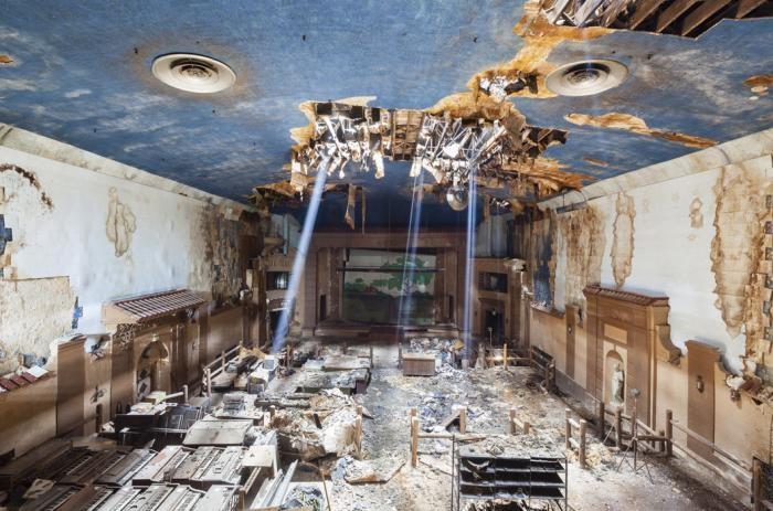 Заброшенные кинотеатры США в фотографиях (17 фото)