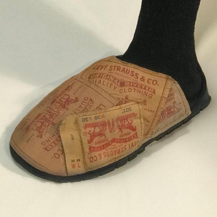 Дизайнер клепает обувь и одежду из чего попало (26 фото)
