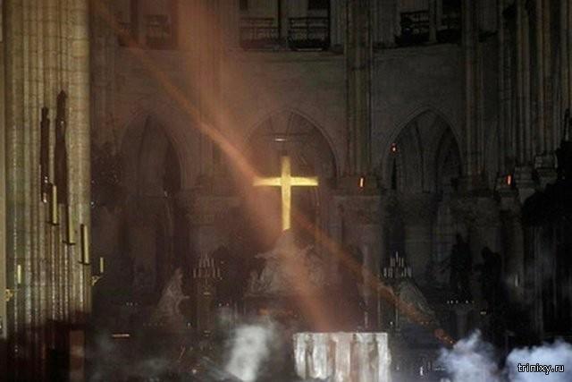 Пожар в Соборе заставил некоторых людей поверить в чудеса (2 фото)