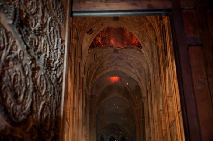 Внутри сгоревшего Нотр-Дам де Пари (10 фото)