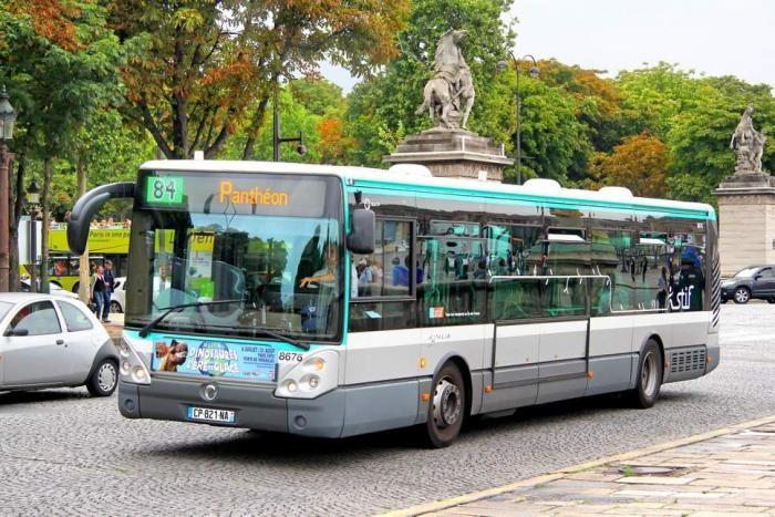 В Париже водитель автобуса выгнал всех пассажиров (3 фото)