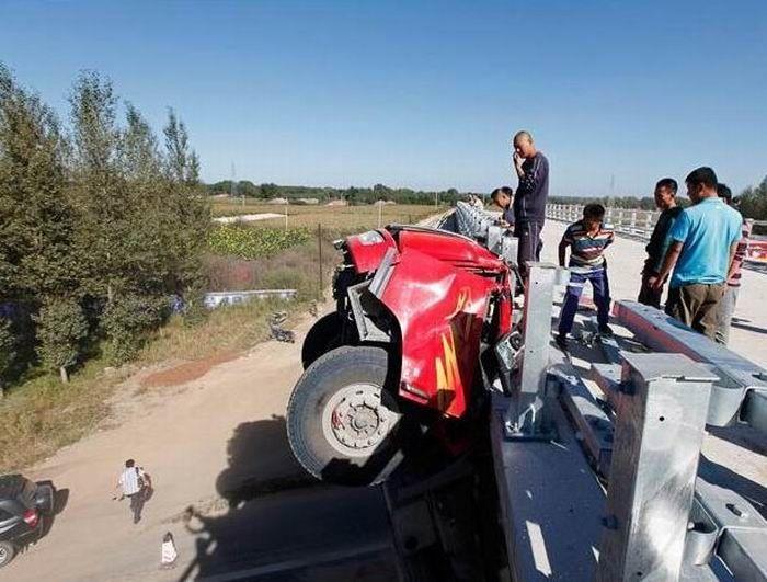 Езда на грузовике с поднятым кузовом опасна (4 фото)