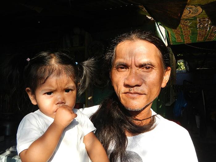 Филиппинец больше 30 лет распинает себя на кресте (8 фото)