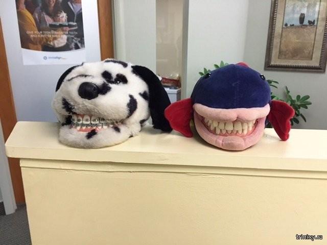 Подборка жутковатых игрушек в кабинетах детской стоматологии (18 фото)