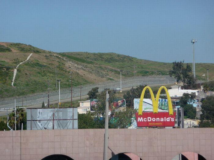 Стена-граница между Мексикой и США (25 фото)
