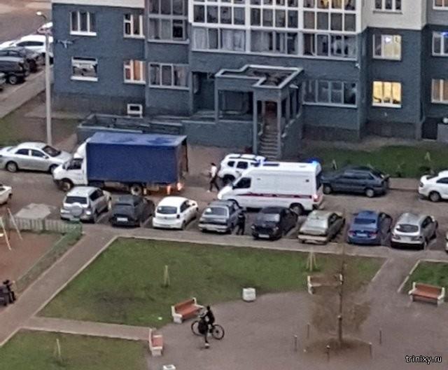 О скорой помощи в переполненном дворе (2 фото)