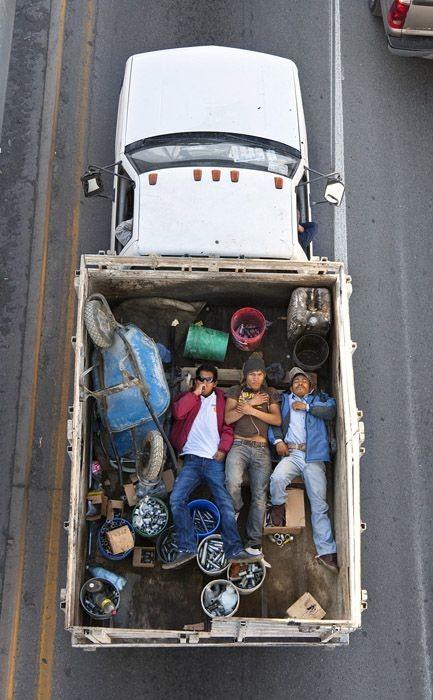 Как мексиканцы ездят на работу (13 фото)