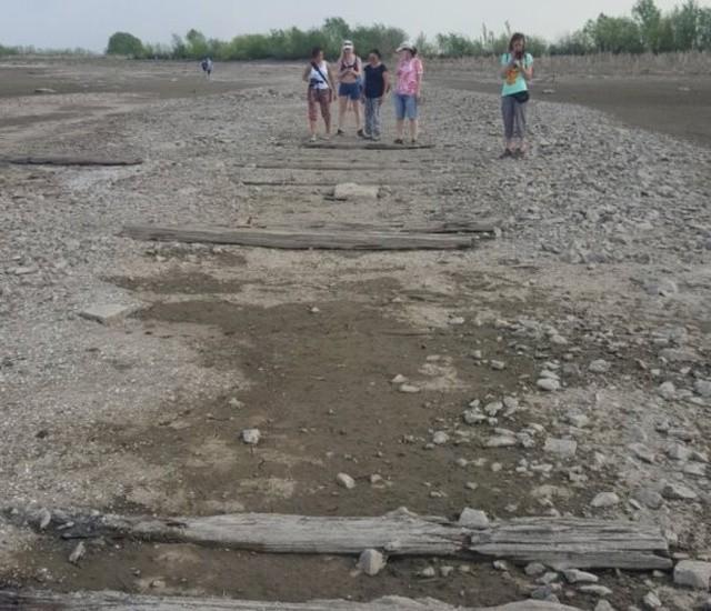 """Волга """"обнажила"""" древнюю мостовую в Казани (7 фото)"""