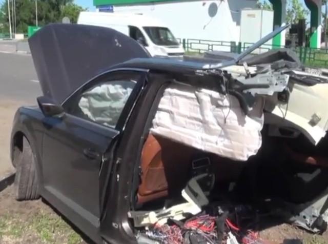 В Москве внедорожник Audi разорвало на две части,водитель жив (5 фото)