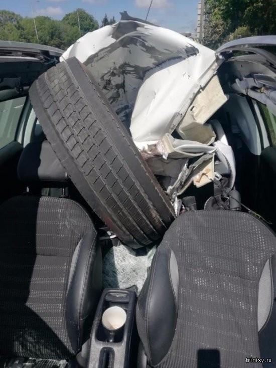 Счастливчик дня: колесо от грузовика разбило автомобиль (4 фото)